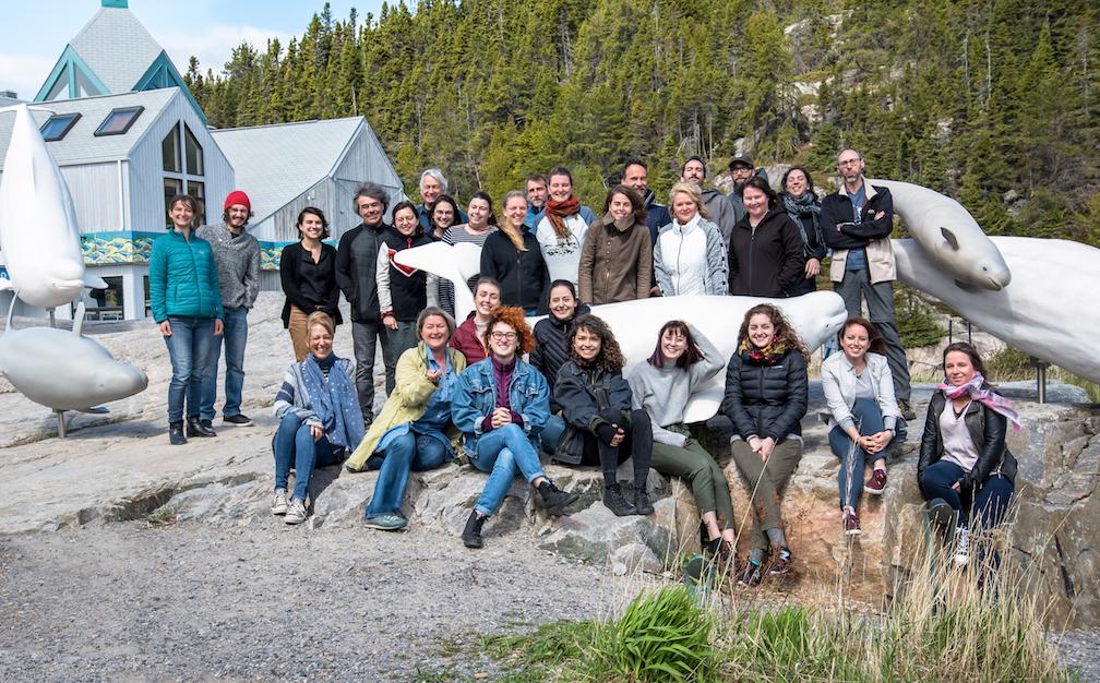 Toute l'équipe du GREMM 2019 devant les sculptures de bélugas